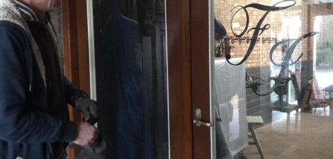 (Nederlands) Met de deur in huis vallen